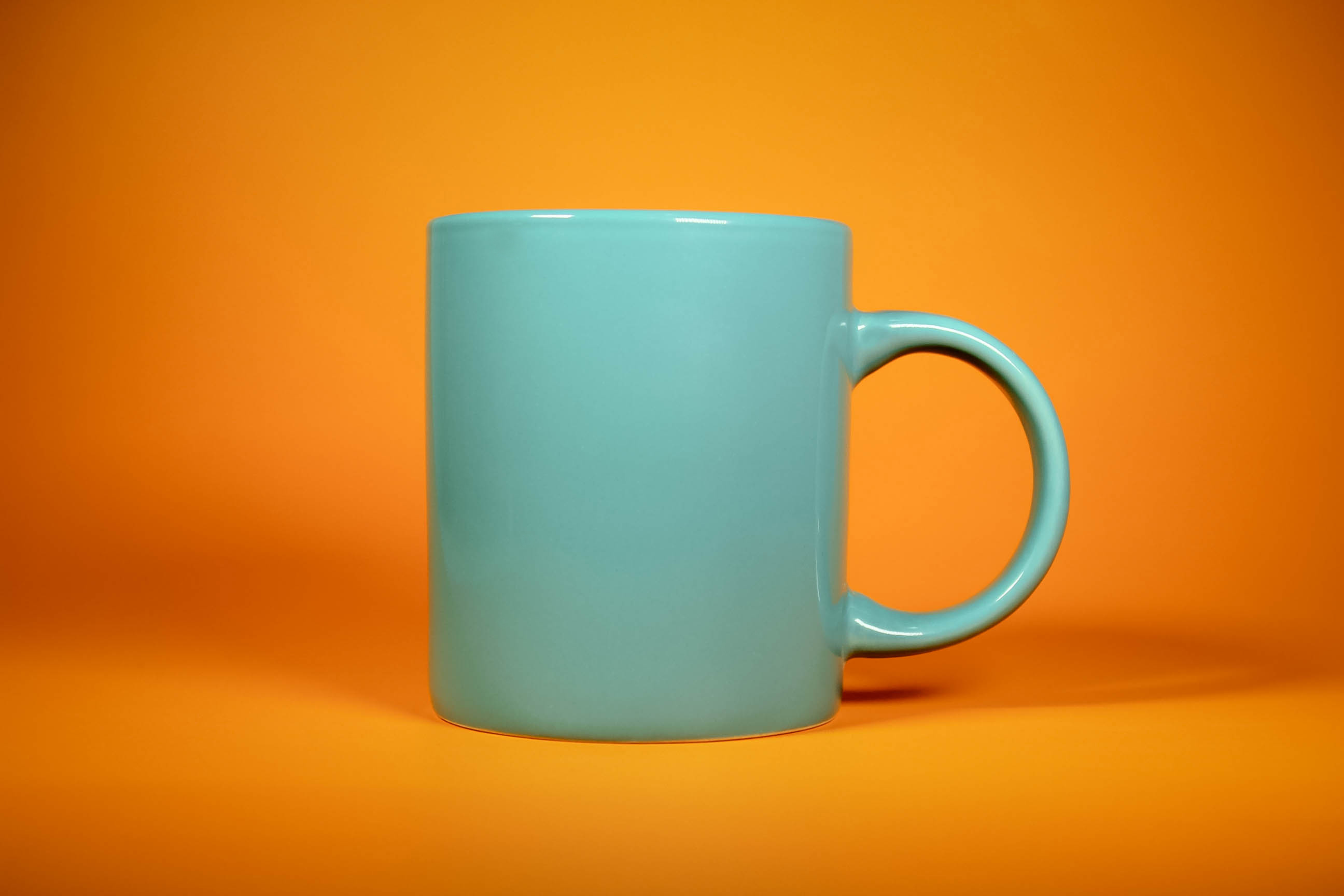 Mug mockup in an oragne background.